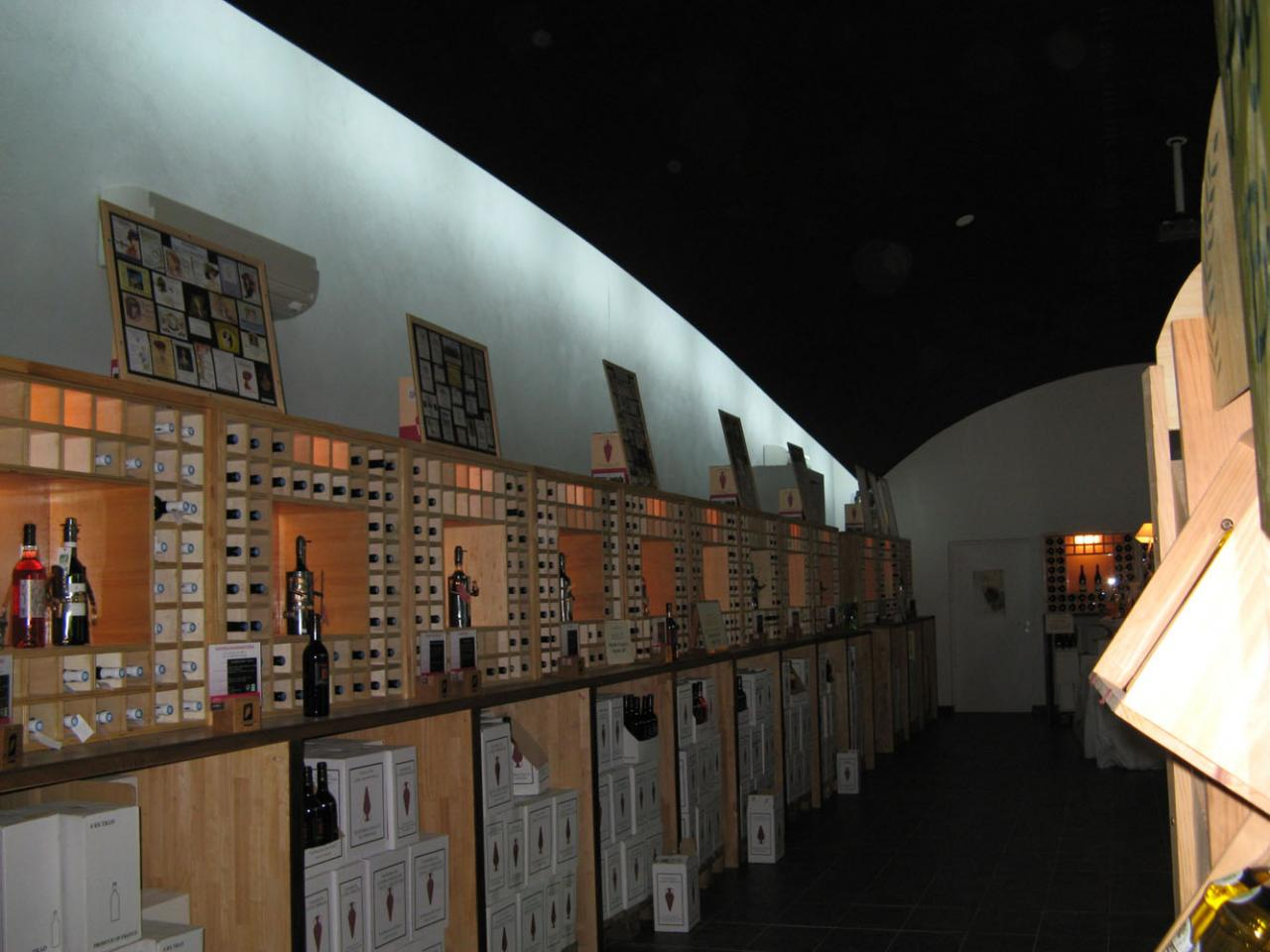 La grande salle : présentoirs à bouteilles