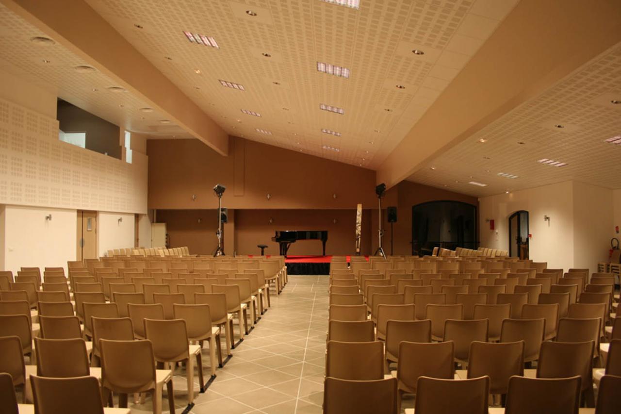 Salle aménagée pour un concert (étude particulière de l'acoustique)