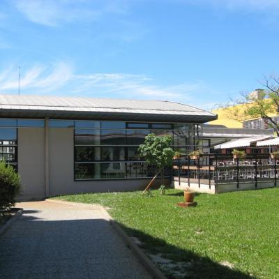 Architecture: façade vitrée, protégée par le débord de la toiture zinc