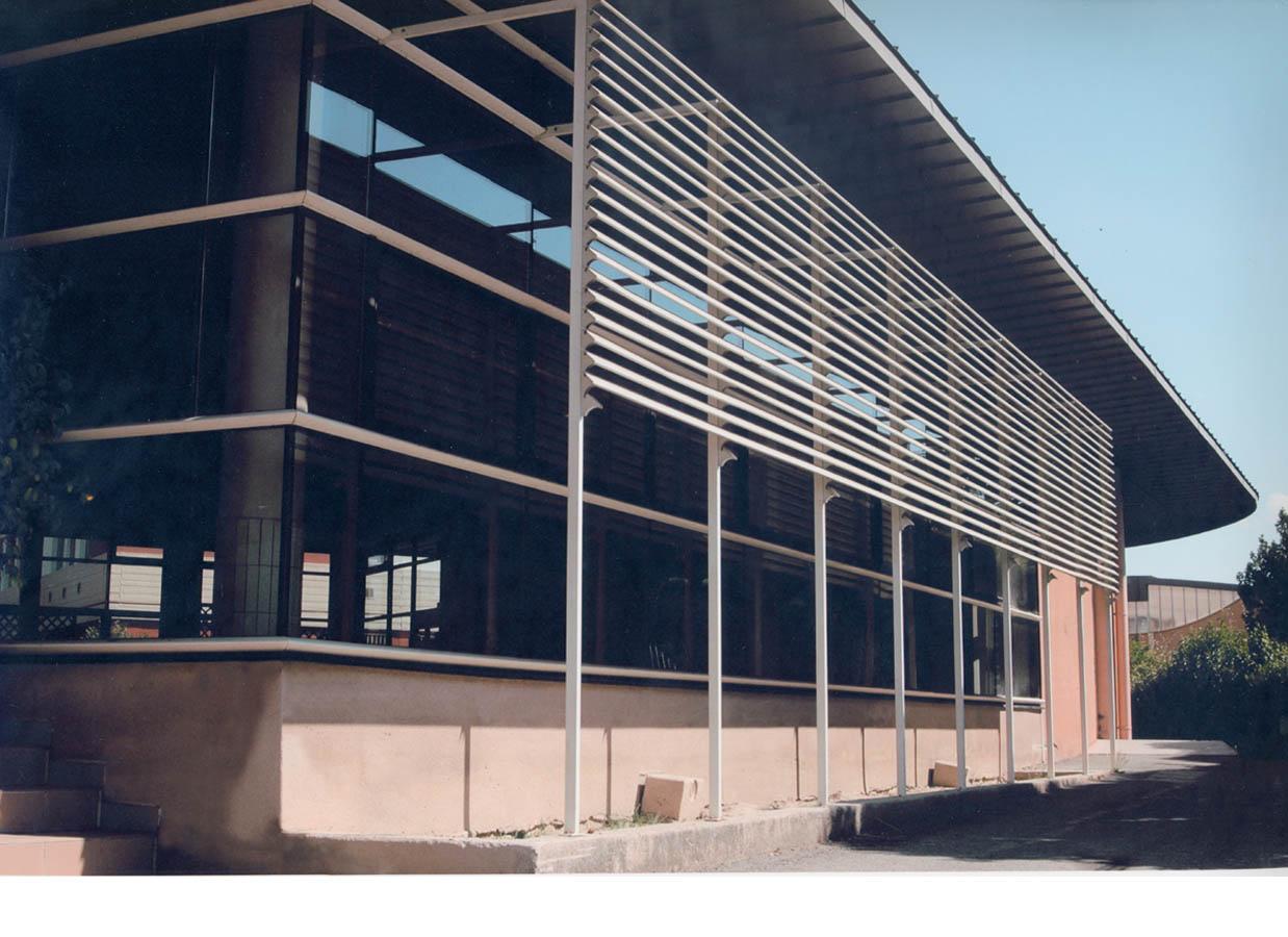 Salles largement vitrées. Ventelles graphiques de protection solaire